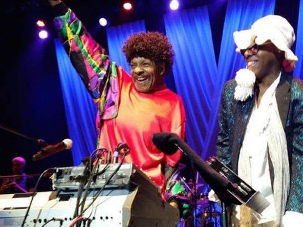 sly-stone-surprises-the-family-stone-onstage-live-video-715x537